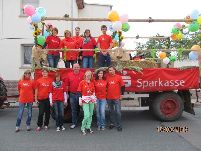 Die aktiven Teilnehmer auf dem Sparkassen-Umzugswagen