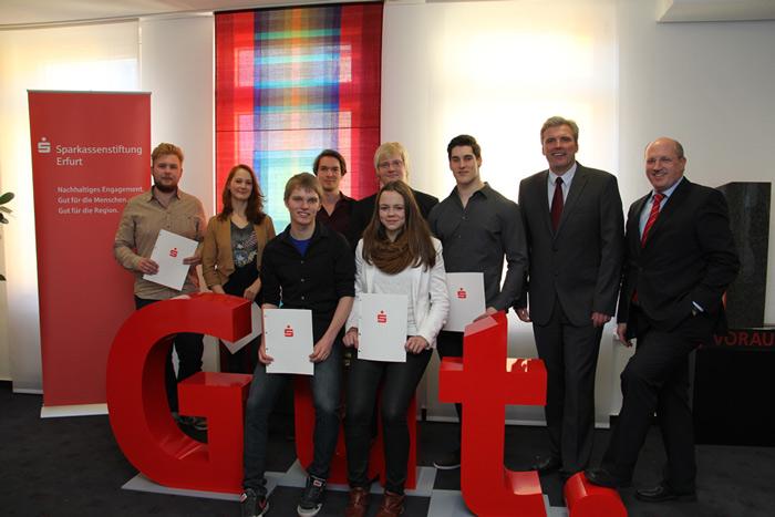 Gruppenbild der Stipendiaten mit Bürgermeister Bausewein (2. v. r.) und Sparkassenvorstand Dieter Bauhaus (r.)