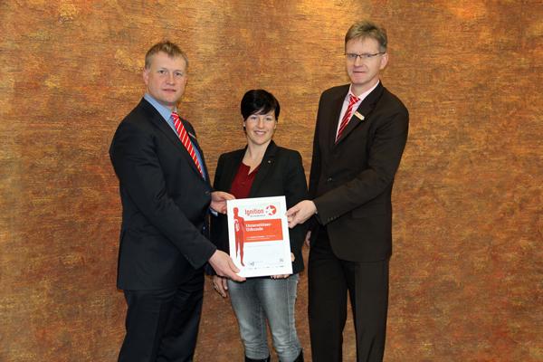 Joachim Hansel (l.) und Michael Kalb erhalten die Unterstüzer-Urkunde zur Ignition von Nicole Riedel