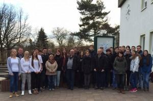 Gruppenfoto vor dem Prof.-Hofmann-Gymnasium