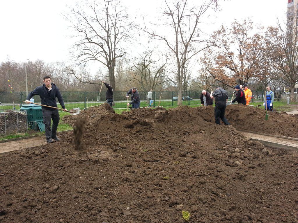 Viele fleßige Helfer verteilen den neuen Mutterboden
