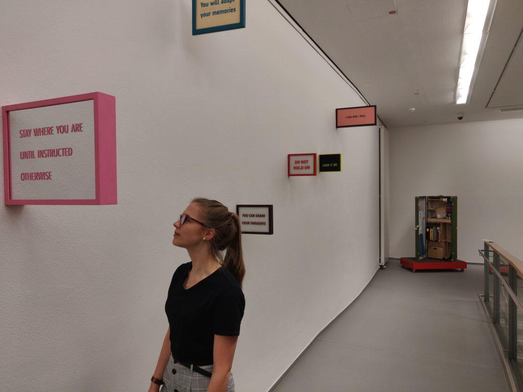 FSJlerin Helena Nora Kratzer bei der bauhausFRAUEN-Austellung in der Kunsthalle Erfurt